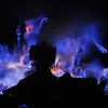 """""""神の棲息地""""、青い溶岩が流れるインドネシア・カジェン火山"""